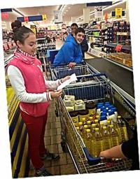 Los estudiantes de 1º (con sus profesores, Juan Jesús y Juanma) han elaborado una lista de alimentos no perecederos