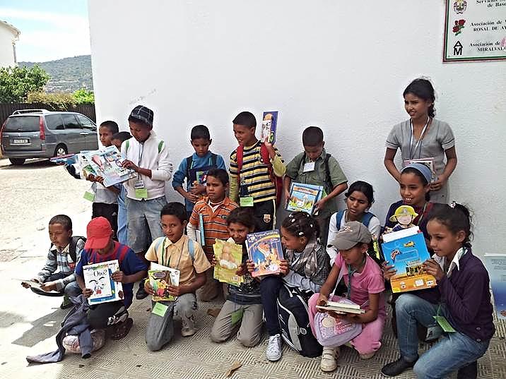 """Niños y Niñas saharauis disfrutan de sus libros regalados por estudiantes. Un proyecto solidario titulado 'Un libro por la Paz', que en el curso 2012-2013, estuvo coordinado desde el Centro Rural Agrupado """"Almenara"""" en Gata (Cáceres) por Juan Antonio Ramajo. Contó, además, con la colaboración de, entre otros centros, el Colegio Público de Educación Primaria """"Virgen de la Vega"""" de Moraleja (Cáceres)"""