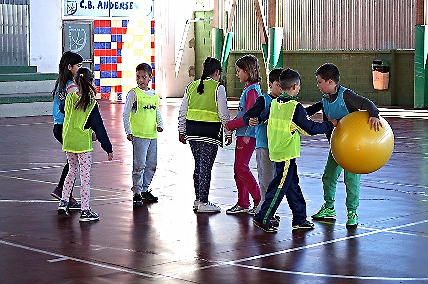 Comienzo del partido de 'baloncodo'. Colegio 'Hans Christian Andersen' | Foto facilitada por Norberto Doninguez