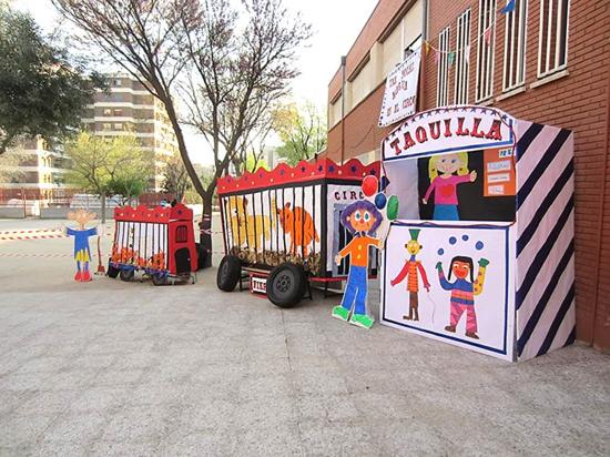 Esta idea colectiva y compartida de lo que supone contribuir al desarrollo del alumnado de educación infantil se muestra magníficamente, incluso en el diseño y confección colectiva del utillaje y los decorados