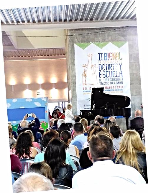 Recital de Paula Coronas en la II Bienal de Arte y Escuela, como parte del proyecto expositivo del Colegio Público de Educación Infantil y Primaria 'Custodio Puga' de Torre del Mar, Málaga