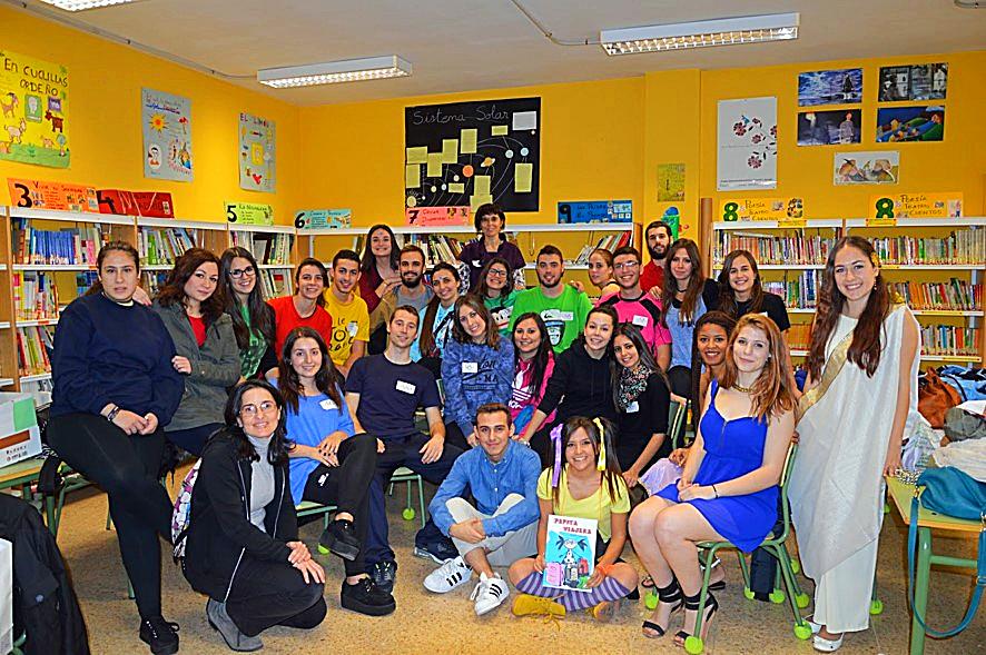 Estudiantes del IES Barrio de Bilbao con el personaje de 'Pita Coletas' visitan el CEIP 'Filosofo Seneca' | Pepita Coletas Visita el Séneca
