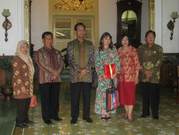 With H.E. the Governor of Yogyakarta, H.M. Sri Sultan Hamengkubuwana X (third from left) and staff of the Libraries and Archives Board (BPADIY) including head of BPADIY Budi Wibowo (second from left), at the 18th-century Kadipaten, former premises of the Crown Prince of Yogyakarta and now the gubernatorial office. Photo by Suhardo, 22 September 2016.