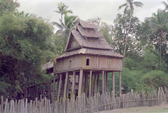 A traditional wooden manuscript repository (hǭ tai). Vat Canthasalo in Ban Nong Lam Can, Camphon District, Savannakhet Province, 1994. Courtesy of Preservation of Lao Manuscripts Programme (PLMP), © National Library of Laos.