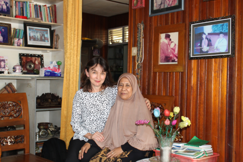 With Ibu Zahry in Pontianak in September 2015, with on the wall a photograph with Bapak Zahry in Brunei in 2006.