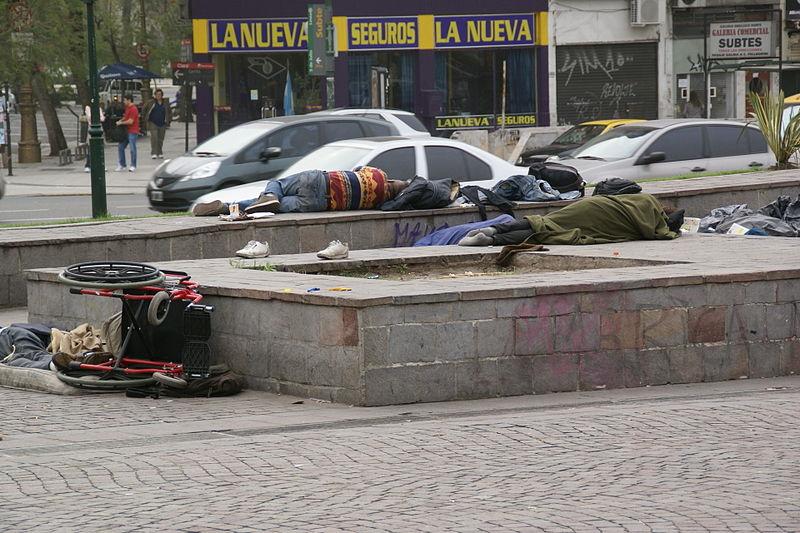 800px-2011.10.16.164555_Homeless_Plaza_de_la_República_Buenos_Aires