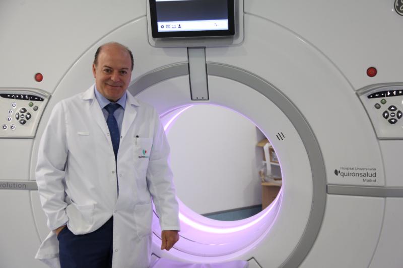 Vicente Martínez junto al escáner de última generación utilizado para el análisis de las momias.