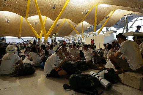 Un grupo de expedicionarios espera en el aeropuerto de Barajas.